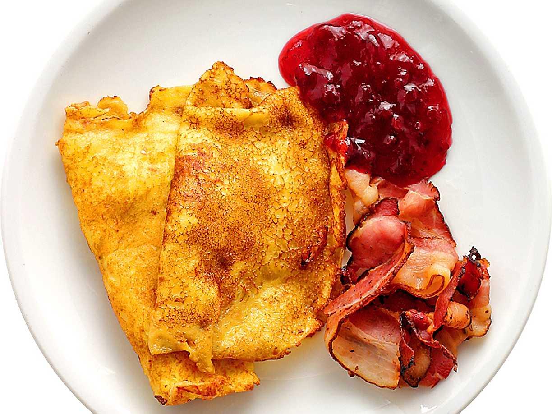 Raggmunk med lingonsylt och bacon