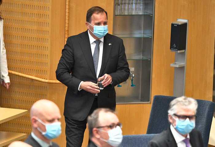 Statsminister stefan löfven i riksdagen med mask på