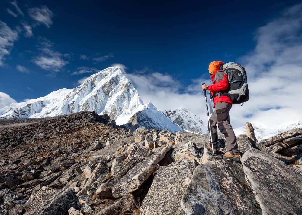 Person som vandrar i bergen i Nepal