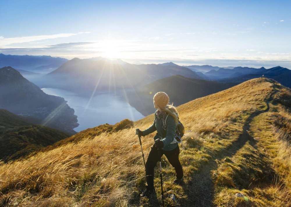 Person som vandrar på kullarna i Irland