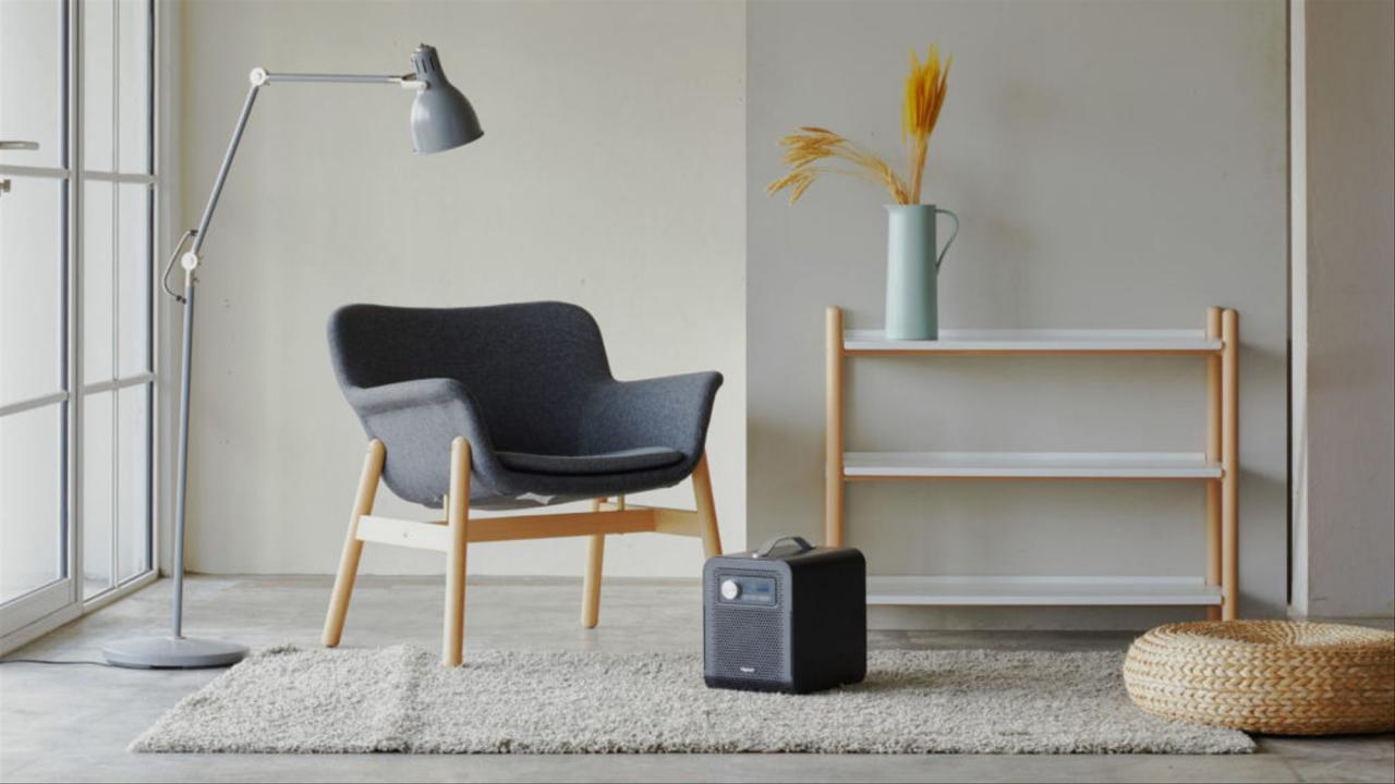 Bild på ett rum med en fåtölj och svart produkt på