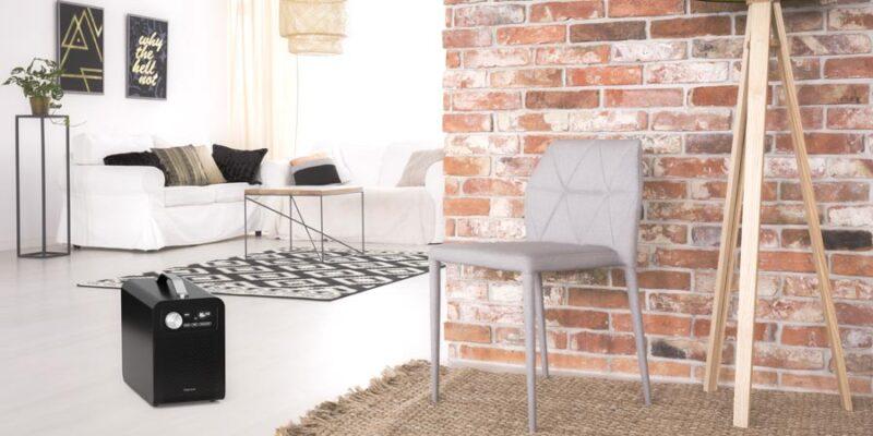 grå stol intill tegelvägg
